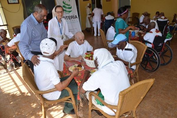 Lotería Nacional entrega sillas de ruedas y comparte almuerzo navideño con hogar de ancianos